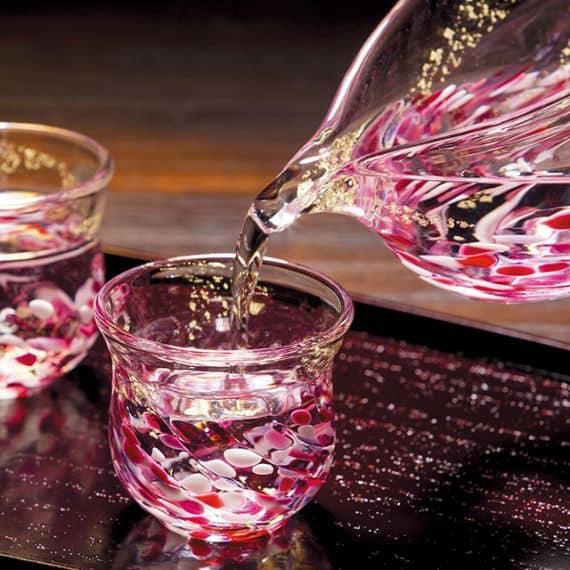 【水面に揺れる花に酔いしれる『びいどろの酒器セット』の贈り物】