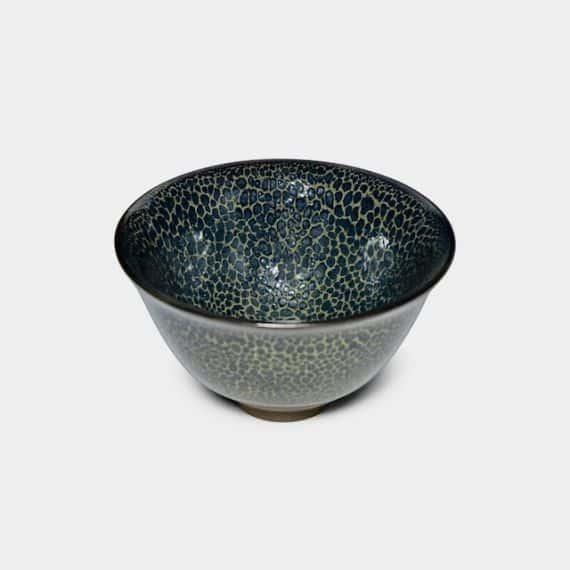 20.京都で製造される伝統的な陶器「盃」