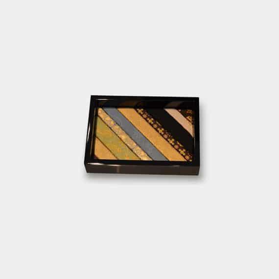 21.上品な会津塗が魅力的「木目込みトレイ」