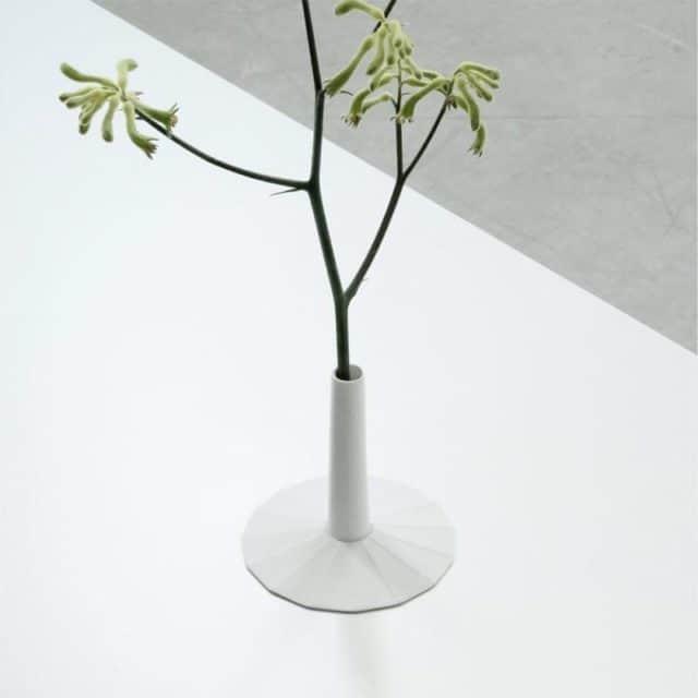 シンプルなデザインで飾る植物を際立たせる花瓶【有田焼】