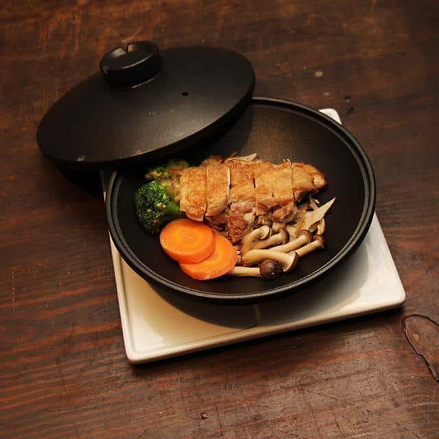 プロ顔負けの料理ができる「炭板焼鍋」