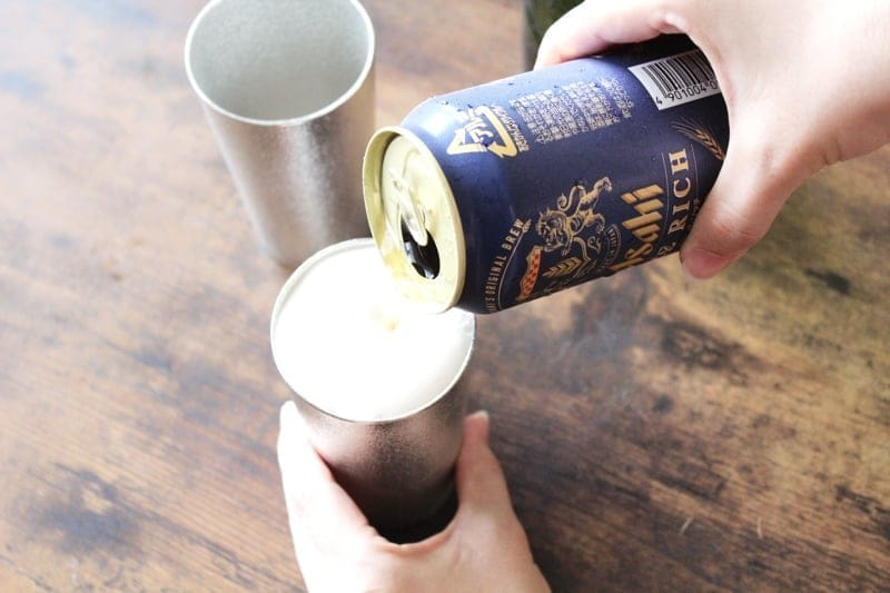 錫のグラスにビールを注ぐ