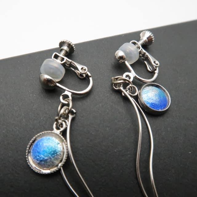 ブルーのゆれるピアス・イヤリング / Vivid blue