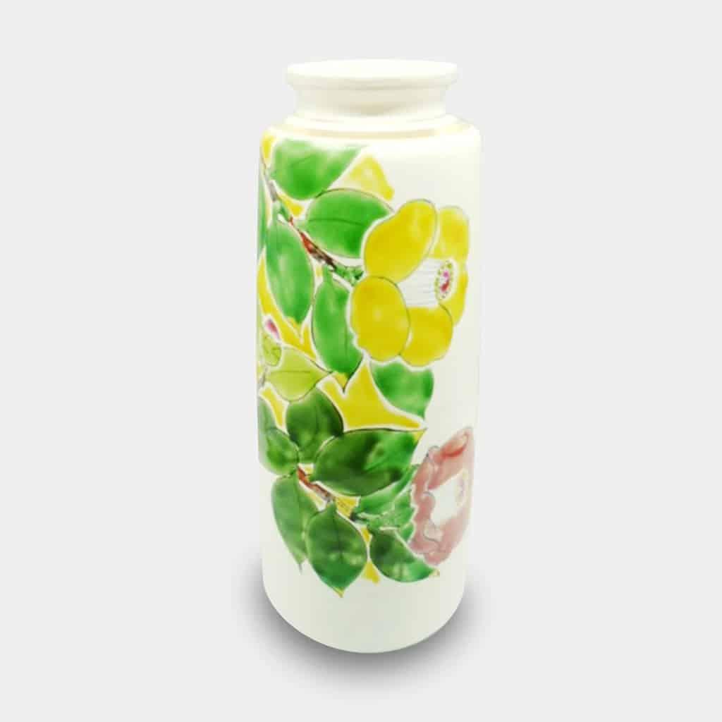 椿の文様が美しく華やかな「九谷焼の花瓶」