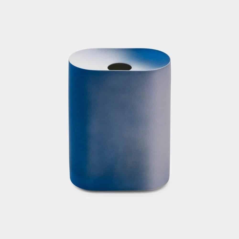 鮮やかなブルーのグラデーションが美しい「有田焼の花瓶」