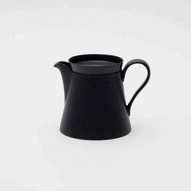 スウェーデンデザイナーの感性と有田焼の技術が融合した「ティーポット」