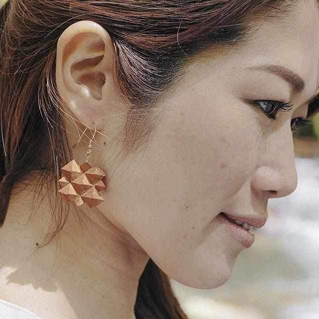 【30代】仏壇の伝統技術でつくる木製「ピアス」