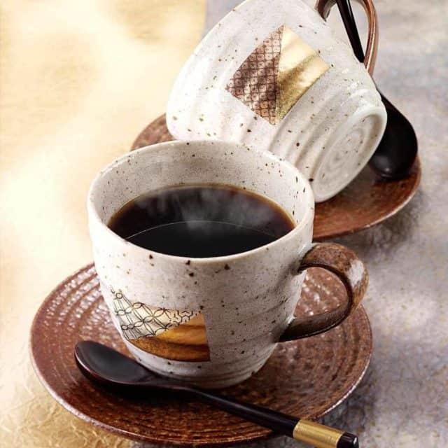 温かみのあるデザインが特徴的な「金沢箔 箔一 コーヒーカップ&ソーサー 2ヶセット」
