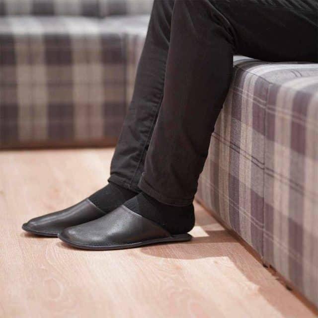 日本人の足に合うように設計された「本革スムース ルームサボ」