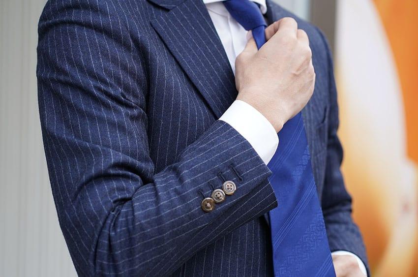 OKANOのネクタイを締める様子