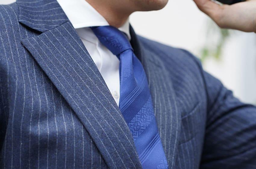 OKANOのネクタイと携帯