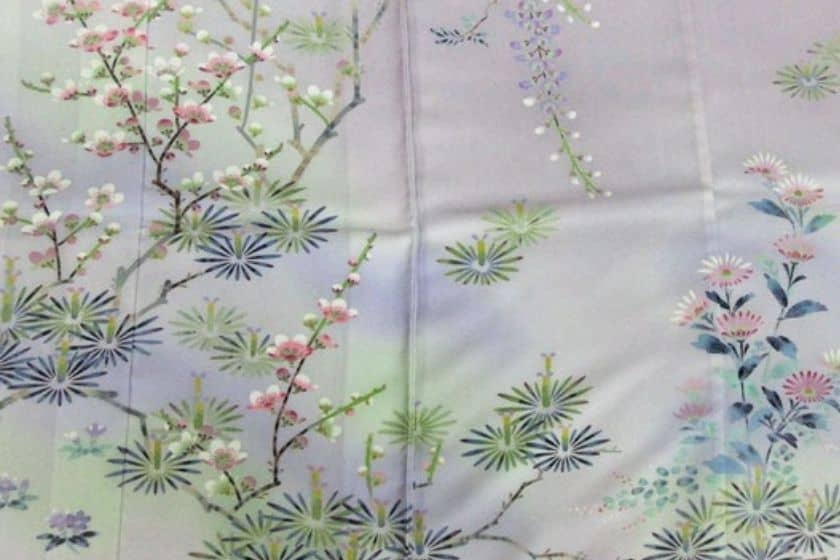 草花の写実的描写が美しい加賀友禅の写真