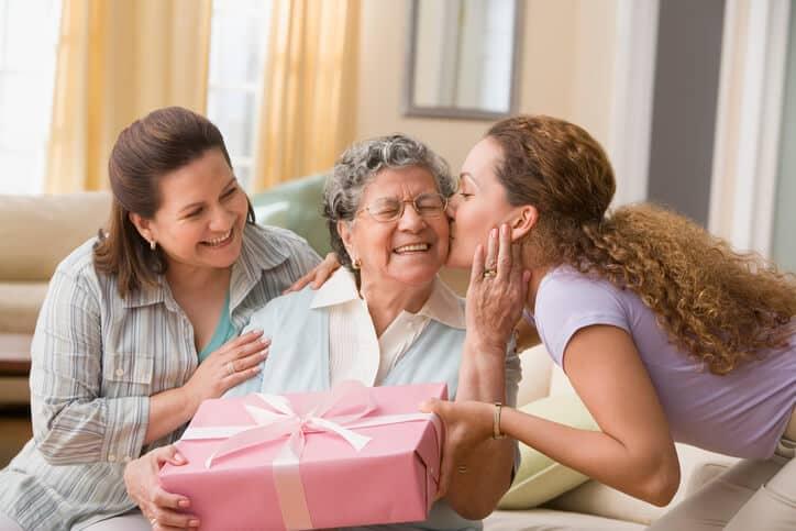 母への喜寿のプレゼント!名入れグッズやお花のギフト・お酒や食器などおすすめ商品10選